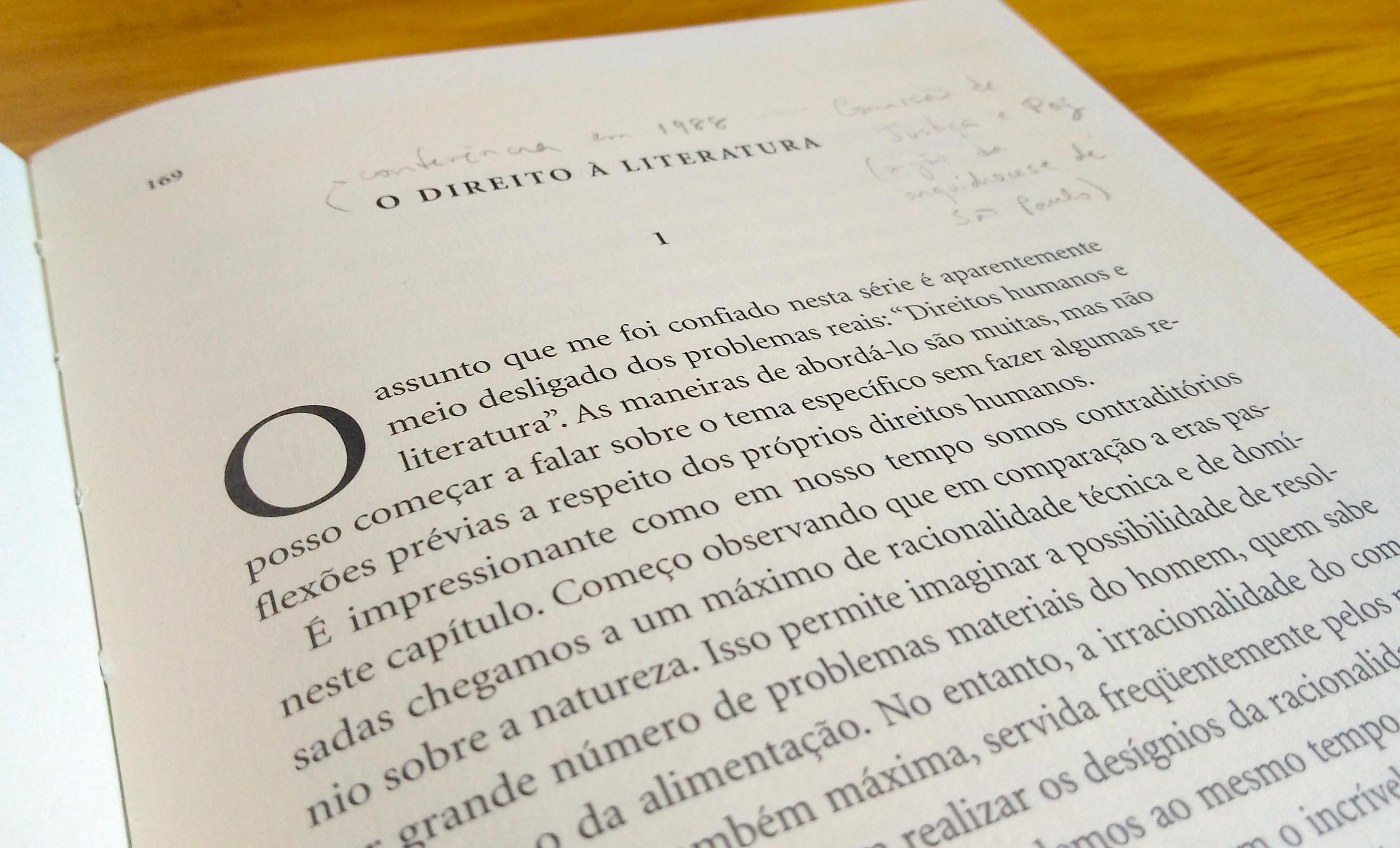 """livro """"vários escritos"""", de antonio candido, aberto na primeira página do ensaio """"o direito à literatura"""""""