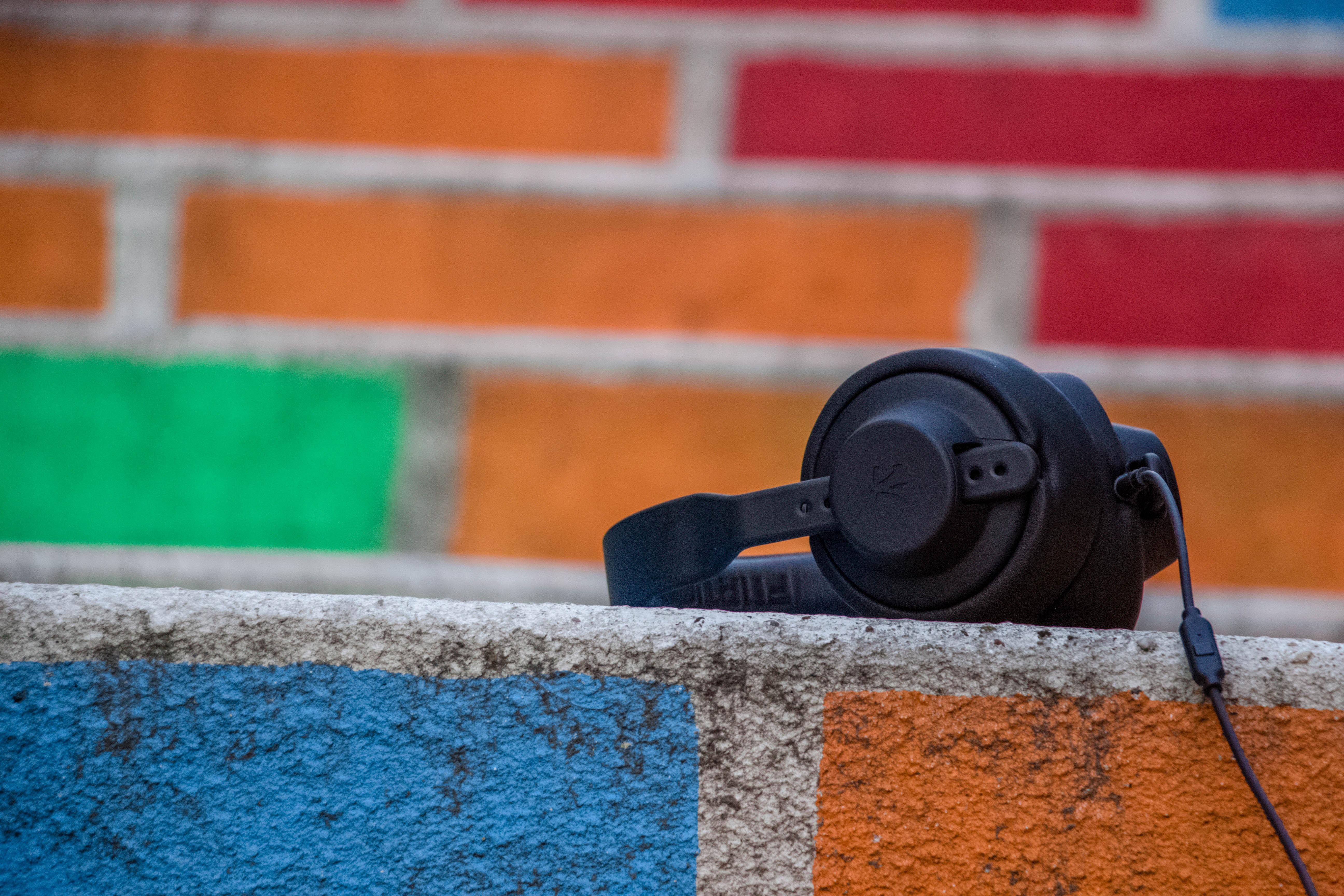 fone de ouvido sobre um muro colorido.