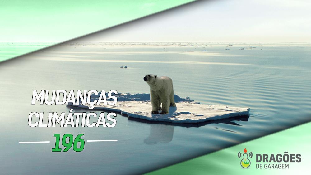 Foto de um urso polar em cima de uma pequena placa de gelo isolada no oceano