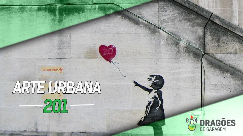 Foto de um muro numa cidade com uma arte de Banksy, com uma menina soltando um balão em formato de coração
