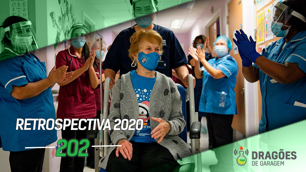 No centro da imagem, uma senhora é empurrada em um cadeira de rodas, utilizando uma máscara azul. Quem a carrega é um enfermeiro paramentado. Dos dois lados da imagem há diferentes enfermeiras, também paramentadas com máscara e faceshields aplaudindo. Esta foi uma imagem icônica de 2020, a primeira pessoa a ser vacinada contra COVID.
