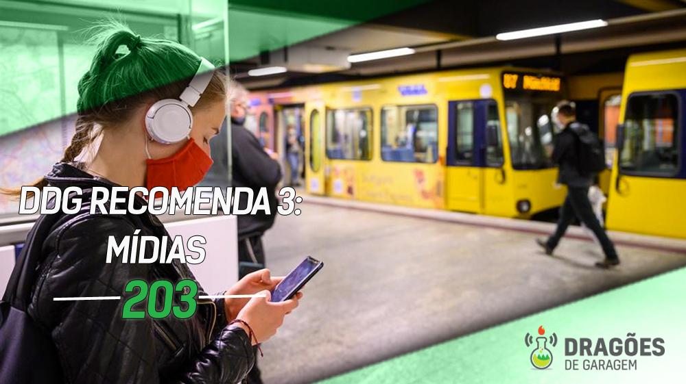 Foto de uma estação de metrô com uma mulher no primeiro plano, usando máscara e fones de ouvido, olhando para a tela do celular, enquanto mexe no celular. No fundo há um trem parado na estação