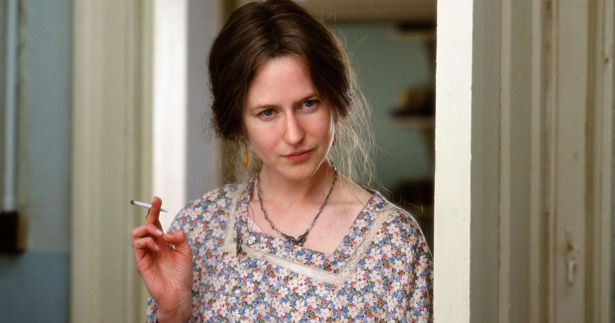 """imagem do filme """"as horas"""": nicole kidman no papel de virginia woolf olhando de lado com um cigarro na mão."""