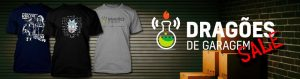 Banner das camisas do DdG. Três camisetas em uma Garagem escura com o logo do dragões do lado. As camisetas são: a do Rick Einstein, a Tradicional do DdG com o logo e a do Doc Brown precisando voltar para a grécia Antiga